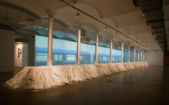 """Инсталляции Максима Свищева «Шестая станция» (2008) и Кати Бочавар """"Кушать подано!"""" (2008). Выставка  """"вторжение: отторжение"""" (декабрь 2008 - январь 2009)."""
