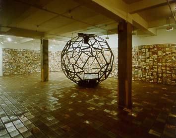 "Выставка Сергея Бугаева Африки ""Mir: Made in the XX Century"" в I-20 Gallery, Нью-Йорк, 2000."