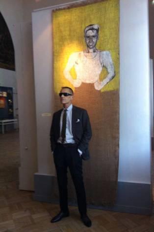Георгий Гурьянов с портретом Евгения Козлова на выставке «Асса: последнее поколение ленинградского авангарда».