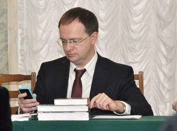 Министр культуры РФ Владимир Мединский оперативно получает информацию по iPhone во время Ученого совета. © Артгид