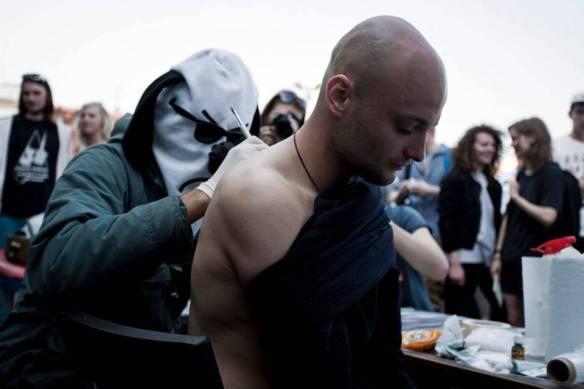 Swampy набивает тату гостю Новой Голландии. Фото: Егор Рогалев. Собственность: Новая Голландия