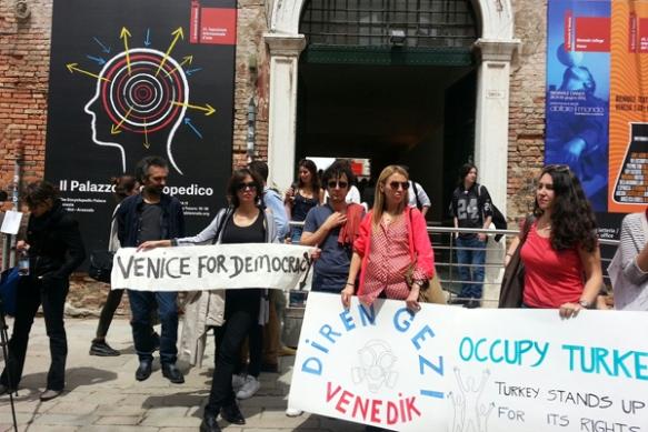 Протестные жвижения перед Арсенале в Венеции, куратор